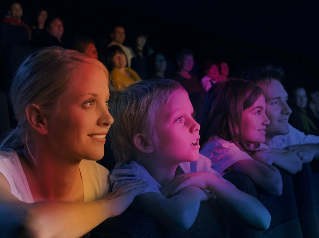 Famille regardant un film